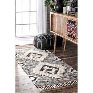 """nuLOOM Southwestern Flatweave Grey/Black Hand-woven Wool Ikat Tassel Runner Rug (2'6'' x 6') - 2'8"""" x 6' runner"""
