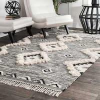 nuLOOM Southwestern Flatweave Grey/Black Hand-woven Wool Ikat Tassel Area Rug (4' x 6') - 4' x 6'