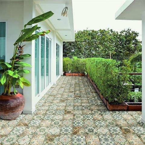 SomerTile 8.75x8.75-inch Anticato Decor Palazzo Porcelain Floor and Wall Tile (20 tiles/11.25 sqft.)