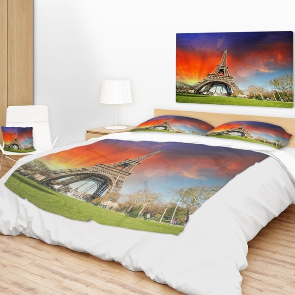 Designart 'Paris Eiffel TowerUnder Colorful Sky' Landscape Photo Throw Blanket