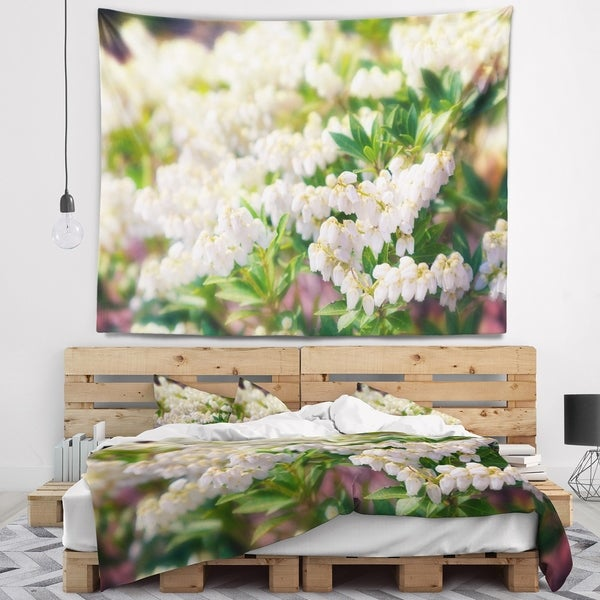 Designart 'Beautiful Blooming White Flowers' Floral Wall Tapestry