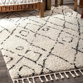 "Carson Carrington Vanlose Abstract Moroccan Diamond Shag Tassel Area Rug - 5'3"" x 7'7"""