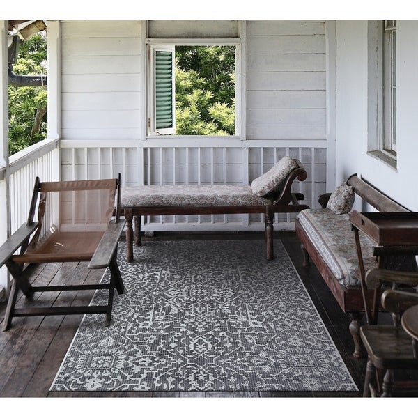 """Carriage House Medallion Black-Gray Indoor/Outdoor Area Rug - 5'3"""" x 7'6"""""""
