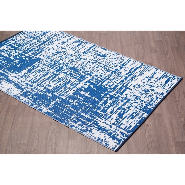 Fiesta Abstract Blue Indoor/Outdoor Plastic Area Rug - 6' x 9'