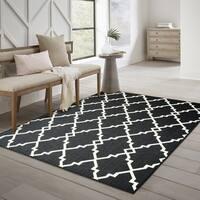 """Ornate Lattice Black/ Ivory Loop Pile Indoor-Outdoor Area Rug - 8'6"""" x 13'"""