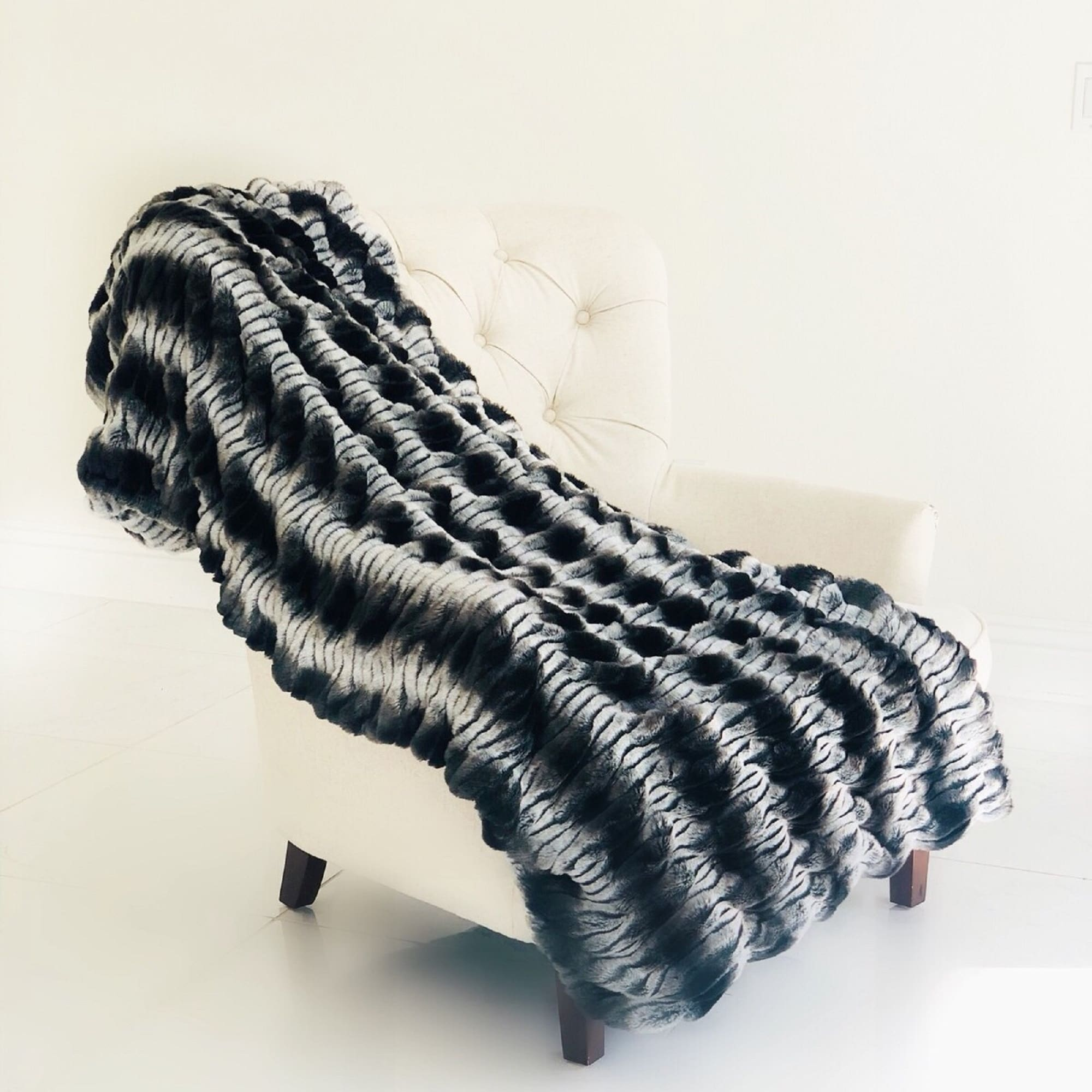Tissavel Char Pei Gray And Black Chinchilla Faux Fur Luxury Throw Overstock 22164100