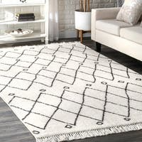 nuLOOM Off White Contemporary Cabin Diamond Moroccan Tassel  Area Rug - 5' x 8'
