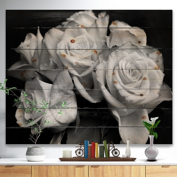 Designart 'Bunch of Roses Black and White' Floral Art Print on Natural Pine Wood