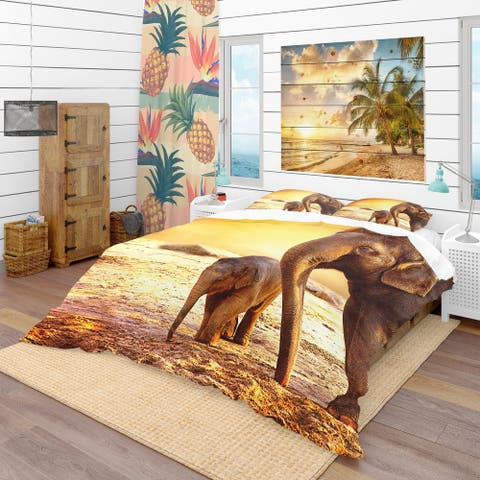 Designart 'Elephant Mother and Baby Outdoors' Tropical Bedding Set - Duvet Cover & Shams