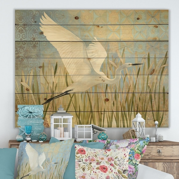 Designart 'Snowy Egret in Flight vII' Farmhouse Print on Natural Pine Wood - Green/White