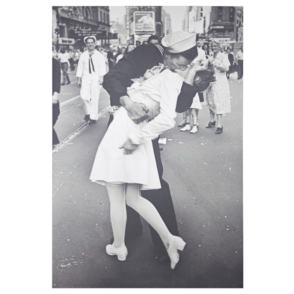 American Art Decor Kissing on VJ Day by Alfred Eisenstaedt Canvas Art - Black