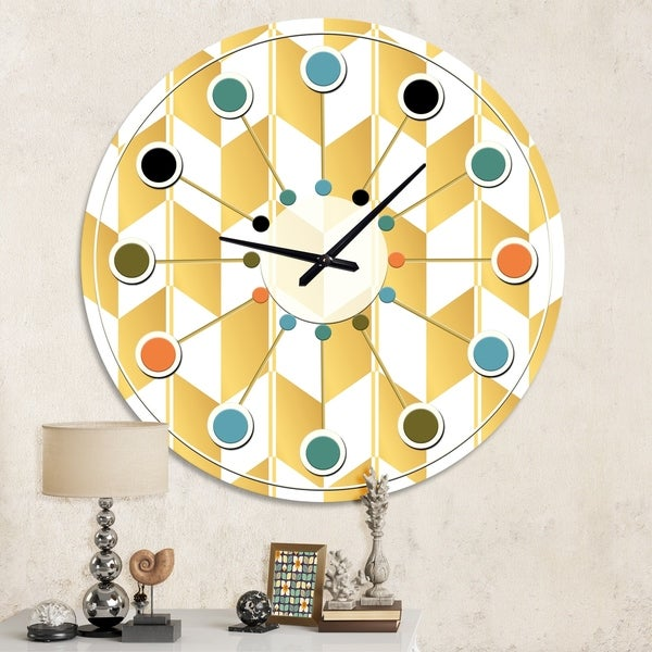 Designart 'Gold and White Geometric Pattern I' Mid-Century wall clock