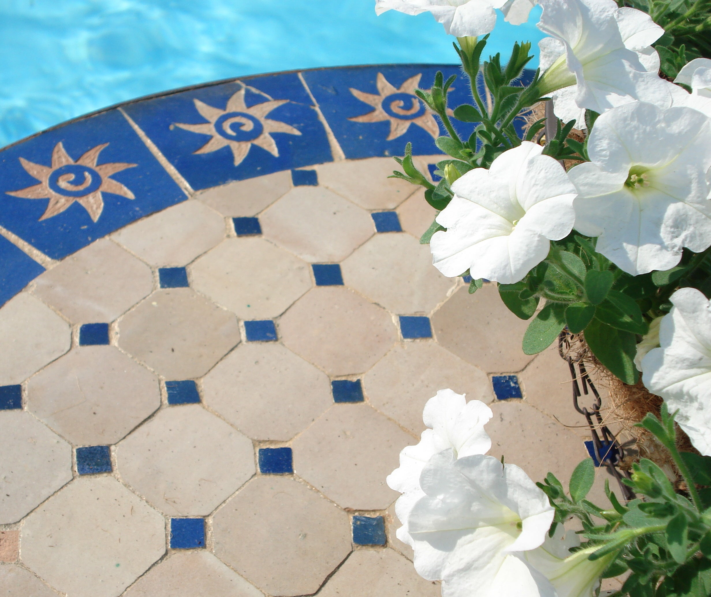 Mediterranean 27-inch Round Mosaic Table (Morocco) - Thumbnail 1