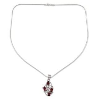 Handmade 'Floral Vines' Garnet Necklace (India)