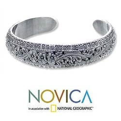 Handmade Sterling Silver Victory Floral Design Glittering Cuff Bracelet (Thailand)