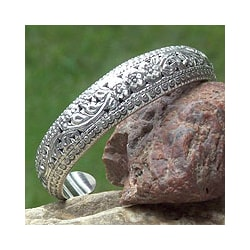 Handcarfted Sterling Silver Victory Floral Design Glittering Cuff Bracelet (Thailand)