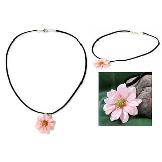 Handmade Chrysanthemum 'World of Pink' Natural Flower Necklace (Thailand)