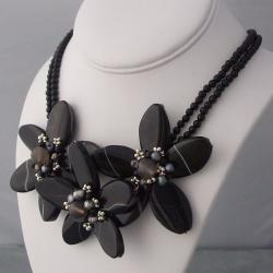 Sterling Silver Agate and Pearl Triple Flower Necklace (3-5 mm) (Thailand)