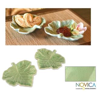 Handmade Set of 2 Celadon Ceramic 'Tam Lung Leaf' Plates (Thailand)