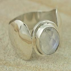 Sterling Silver Faceted Oval Rainbow Moonstone Ring (Indonesia)