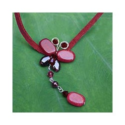 Leather 'Crimson Flight' Quartzite Garnet Necklace (Thailand)