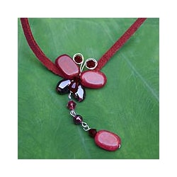 Handmade Leather 'Crimson Flight' Quartzite Garnet Necklace (Thailand)