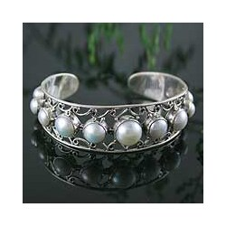 Handmade Sterling Silver 'Nostalgic Chic' Pearl Cuff Bracelet (6-10 mm) (India)