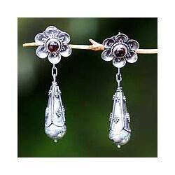 Handcrafted Sterling Silver 'Goyang Rose' Garnet Earrings (Indonesia)