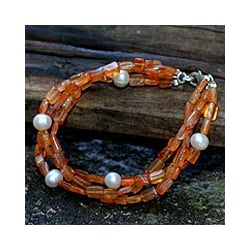 Handcrafted Carnelian 'Warmth' Pearl Bracelet (7.5 mm) (Thailand)