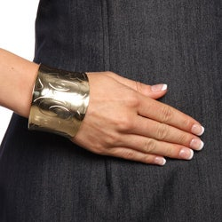 Mondevio 18k Gold over Stainless Steel Engraved Design Cuff Bracelet - Thumbnail 2
