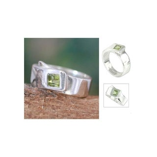 Handmade Sterling Silver 'Buckle Up' Peridot Solitaire Ring (India)