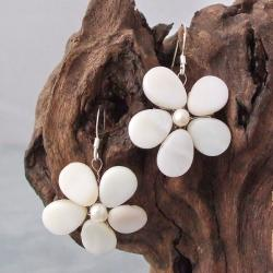 Handmade Mother of Pearl and Pearl Sweet Flower Earrings (5 mm) (Thailand)