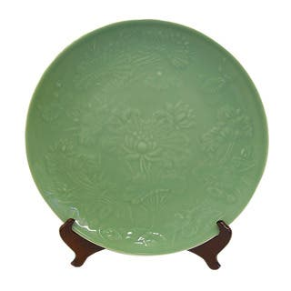 Green Garden Porcelain Plate with Stand|https://ak1.ostkcdn.com/images/products/6159316/P13816435.jpg?impolicy=medium