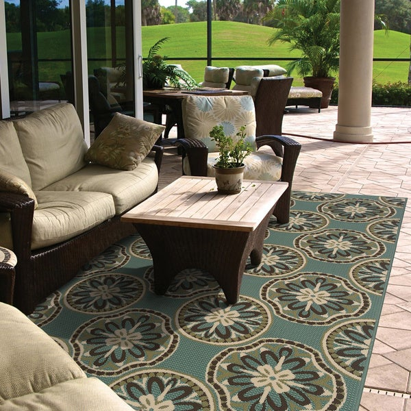 Blue/ Ivory Outdoor Area Rug (6'7 x 9'6)
