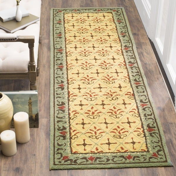 """Safavieh Hand-hooked Easy Care Morocco Beige/ Red Rug - 2'6"""" x 8'"""
