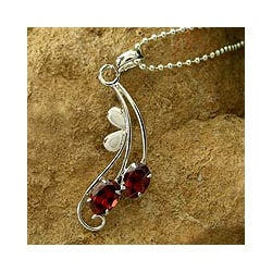 Garnet Flower Necklace 'Sinuous Red' (India)