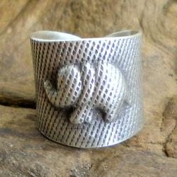 Handmade Thai Silver Karen Hill Tribal Satin-Finished Elephant Ring (Thailand)
