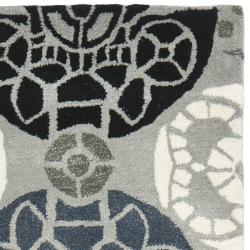 Safavieh Handmade Chatham Treasures Grey New Zealand Wool Rug (2'3 x 9') - Thumbnail 1