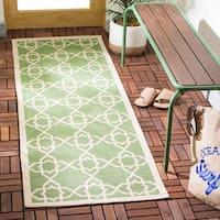 """Safavieh Courtyard Geometric Trellis Green/ Beige Indoor/ Outdoor Rug - 2'3"""" x 6'7"""""""