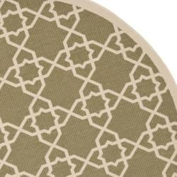 Safavieh Courtyard Geometric Trellis Green/ Beige Indoor/ Outdoor Rug (6'7 Round) - Thumbnail 1