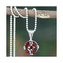 Sterling Silver 'Jaipur Star' Garnet Necklace (India)