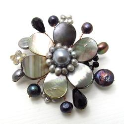 Handmade Cute Mother of Pearl-Freshwater Black Pearl Floral Ray Pin (Thailand)