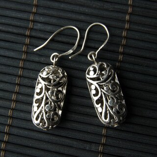 Handmade Silver-tone Oval Filigree Metal Earrings (China)