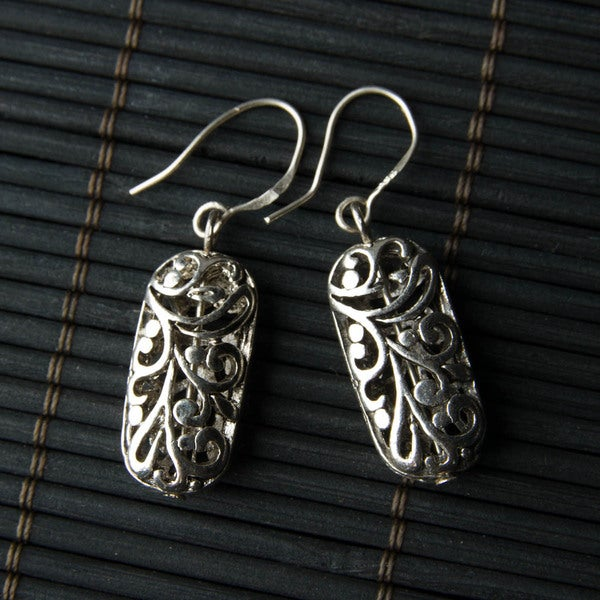 Handmade Silver-tone Oval Filigree Metal Earrings (China)