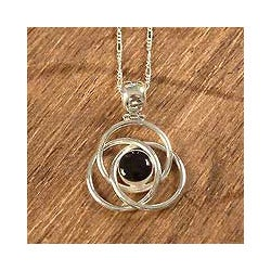Handmade Sterling Silver 'Floral Orbit' Onyx Necklace (Peru)