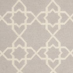 Safavieh Transitional Safavieh Handwoven Moroccan Reversible Dhurrie Grey/ Ivory Wool Rug (5' x 8') - Thumbnail 2