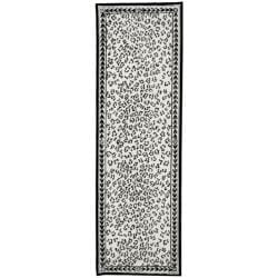 Safavieh Hand-hooked Chelsea Leopard White Wool Rug (2'6 x 12')