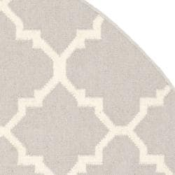 Safavieh Handwoven Moroccan Reversible Dhurrie Grey/ Ivory Wool Area Rug (8' Round) - Thumbnail 1