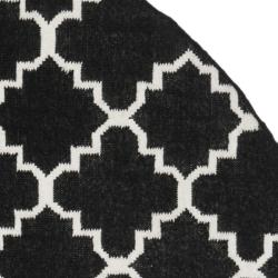 Safavieh Geometric Moroccan Reversible Dhurrie Black/ Ivory Wool Rug (8' Round) - Thumbnail 1