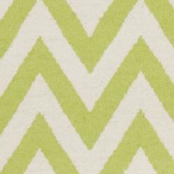 Safavieh Hand-woven Moroccan Reversible Dhurrie Chevron Green/ Ivory Wool Rug (3' x 5') - Thumbnail 2